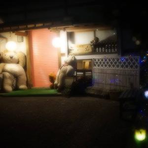 夜のお店の外観